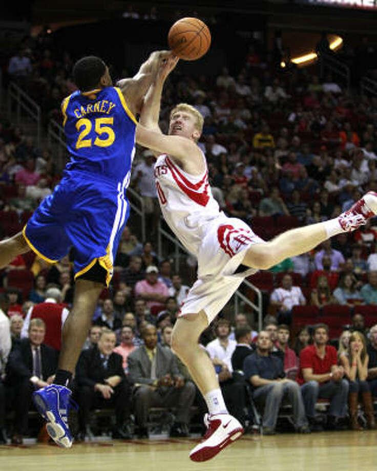 Warriors forward Rodney Carney (25) fouls Rockets forward Chase Budinger during the first half. Photo: Brett Coomer, Chronicle