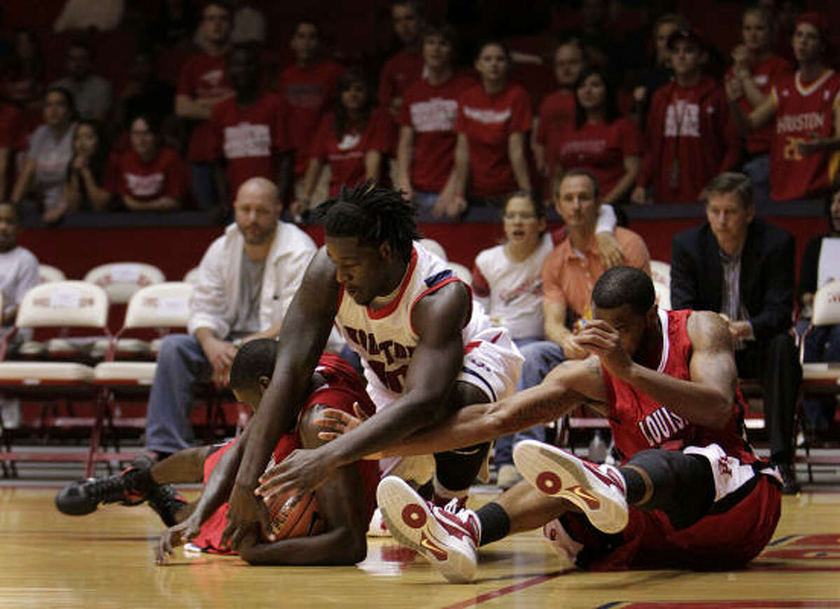 UH's Kendrick Washington scramble to get a loose ball in the first half.