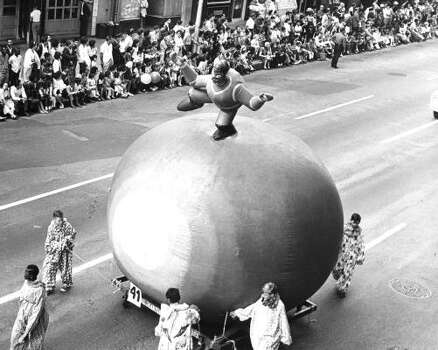 Martian on Mars balloon durng the 1967 Foley's Thanksgiving Day Parade. Photo: Larry Evans, Chronicle File