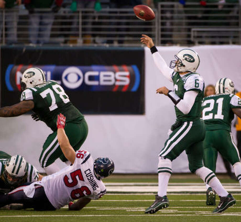 Jets quarterback Mark Sanchez lofts a 6-yard touchdown pass to receiver Santonio Holmes with 10 seconds left in Sunday's game. That touchdown put the Jets ahead 30-27, and they held on for the win. Photo: Smiley N. Pool, Chronicle