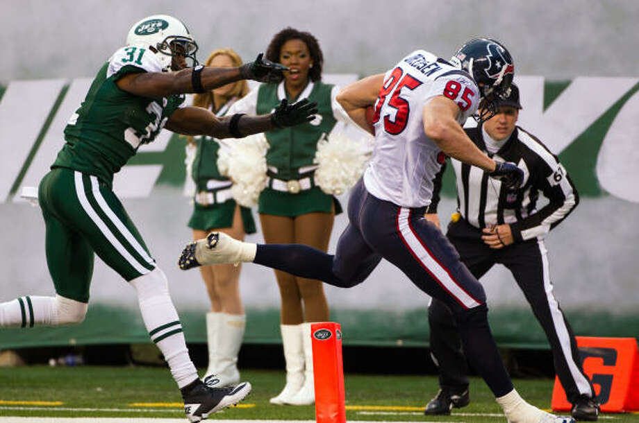 Texans tight end Joel Dreessen (85) scores a touchdown past Jets cornerback Antonio Cromartie during the fourth quarter. Photo: Smiley N. Pool, Chronicle