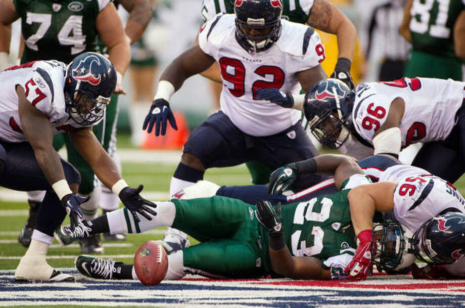 Texans linebacker Kevin Bentley (57) recovers a fumble by Jets running back Shonn Greene (23), who was hit by Texans linebacker Brian Cushing (56). Photo: Smiley N. Pool, Chronicle