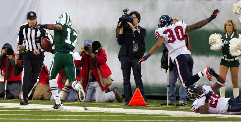 Jets wide receiver Braylon Edwards (17) gets past Texans cornerback Jason Allen (30) and safety Eugene Wilson (26) as he steps out of bounds at the 6-yard line after catching a 42-yard pass to set up the winning touchdown in the final seconds. Photo: Smiley N. Pool, Chronicle
