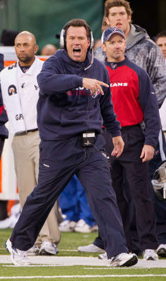 Texans coach Gary Kubiak screams from the sidelines during the fourth quarter. Photo: Smiley N. Pool, Chronicle