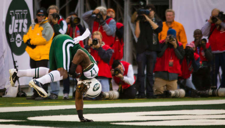 Jets wide receiver Braylon Edwards does a hand-stand as he scores a touchdown during the second quarter. Photo: Smiley N. Pool, Chronicle