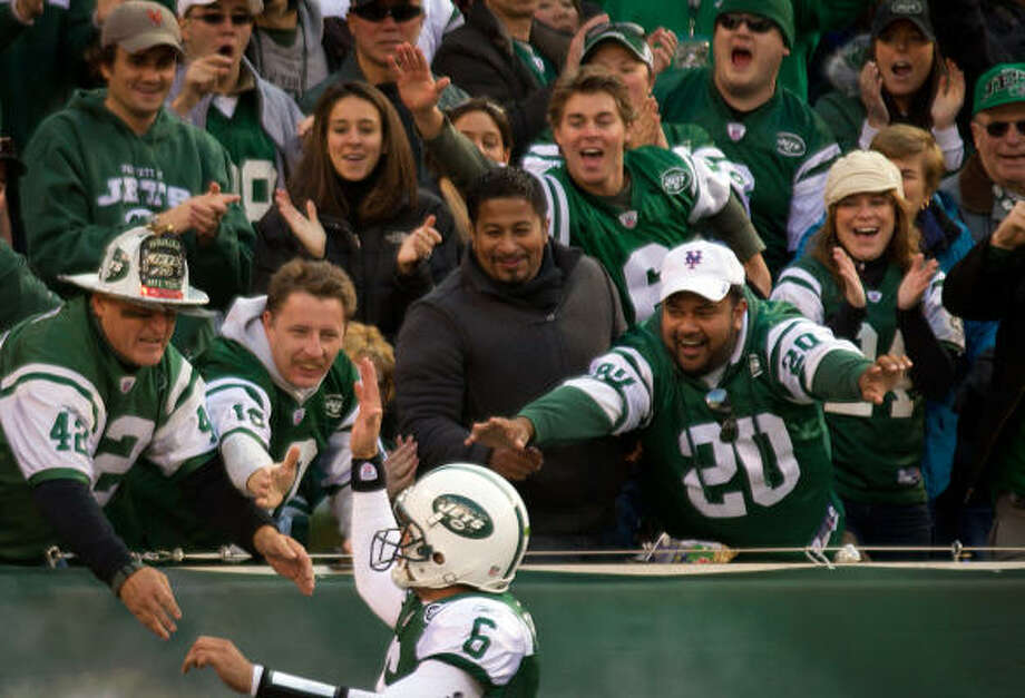 Jets quarterback Mark Sanchez (6) celebrates with fans after throwing a touchdown pass to wide receiver Braylon Edwards during the second quarter. Photo: Smiley N. Pool, Chronicle