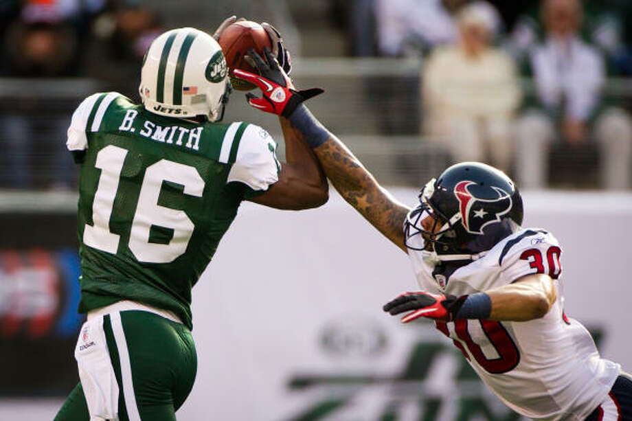 Jets wide receiver Brad Smith (16) makes a catch over Texans cornerback Jason Allen during the first quarter. Photo: Smiley N. Pool, Chronicle
