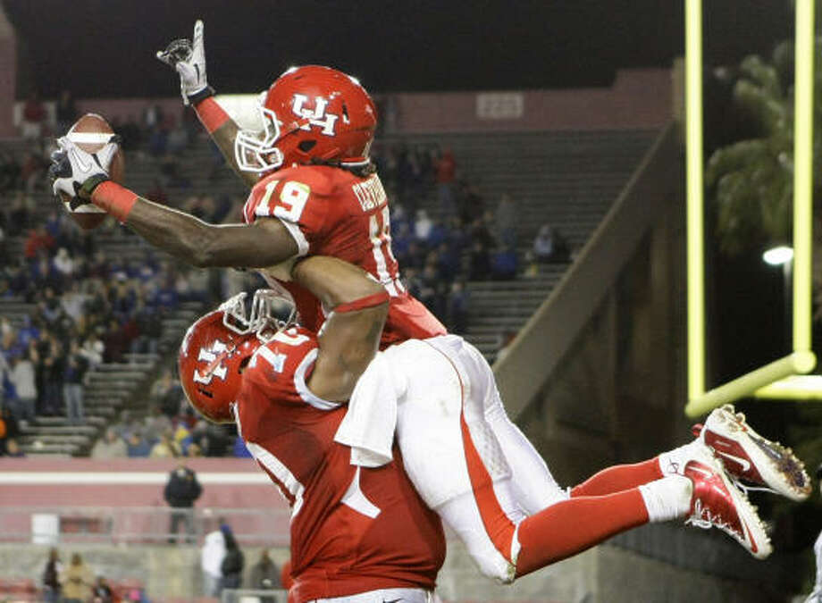 UH wide receiver James Cleveland (19) celebrates his touchdown catch with offensive linesman Chris Thompson (70) in the fourth quarter. Photo: Nick De La Torre, Chronicle