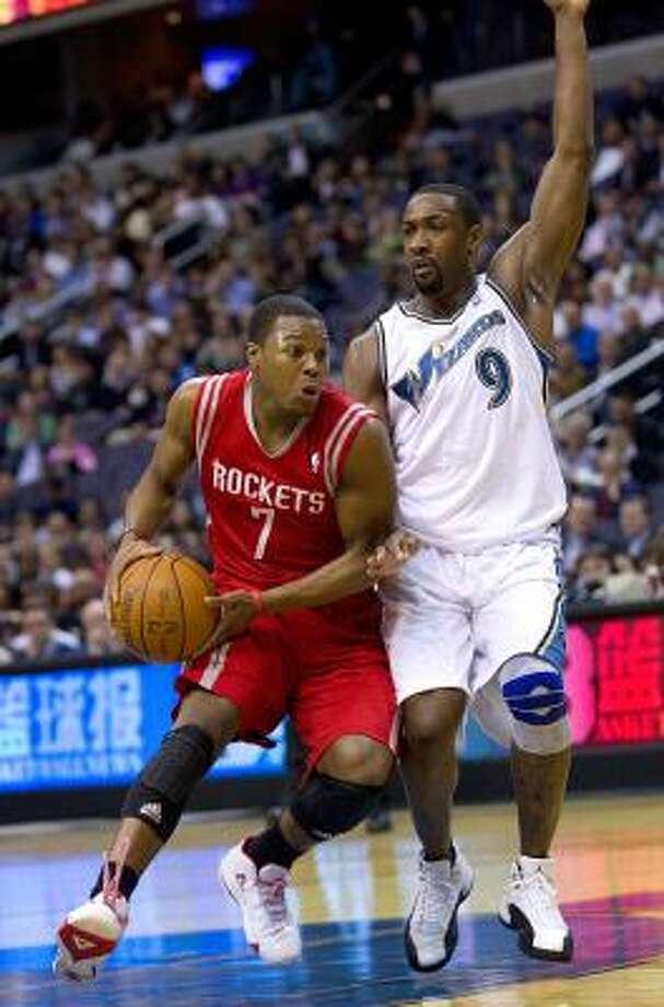 Rockets guard Kyle Lowry (7) drives against Wizards guard Gilbert Arenas. Photo: HARRY E. WALKER, MCT