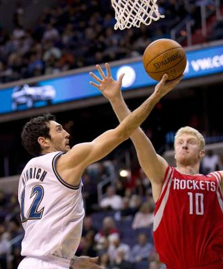 Wizards guard Kirk Hinrich shoots over Rockets forward Chase Budinger. Photo: HARRY E. WALKER, MCT