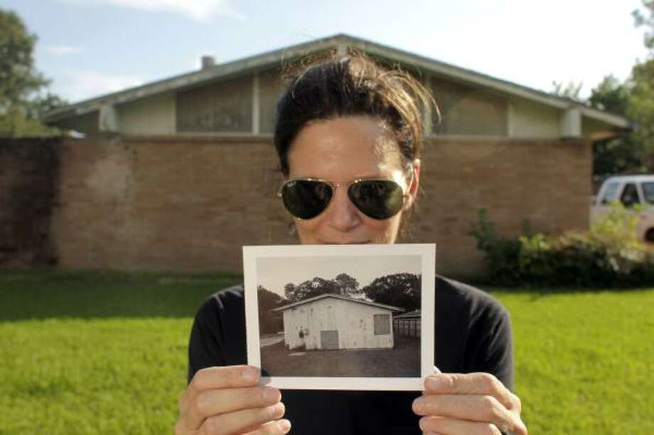 Artist and Rice visiting lecturer in architecture Mary Ellen Carroll is making an energy-saving statement on Sharpview Drive. Photo: Johnny Hanson, Houston Chronicle
