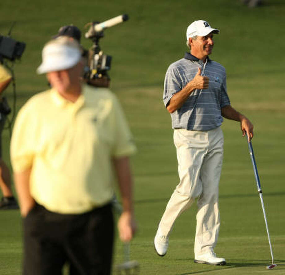 Fred Couples gives a thumbs up on his walk up to the No. 18 green. Photo: ERIC CHRISTIAN SMITH, For The Chronicle