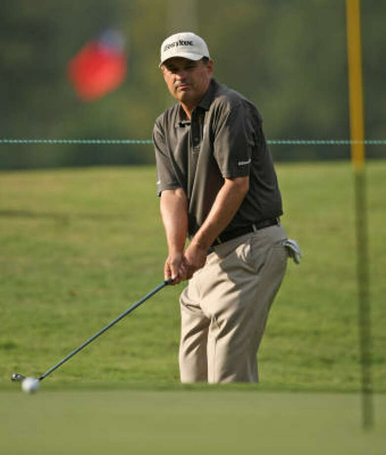 Loren Roberts watches his chip shot onto the ninth green. Photo: ERIC CHRISTIAN SMITH, For The Chronicle