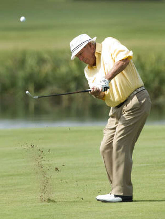 Arnold Palmer chips onto the 18th green. Photo: Brett Coomer, Chronicle