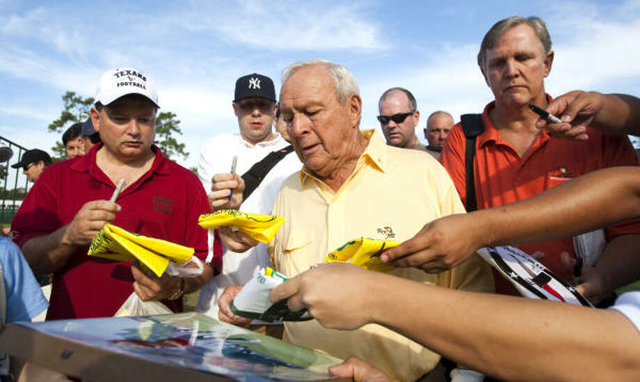 Arnold Palmer signs autographs as he walks to the first tee. Photo: Brett Coomer, Chronicle