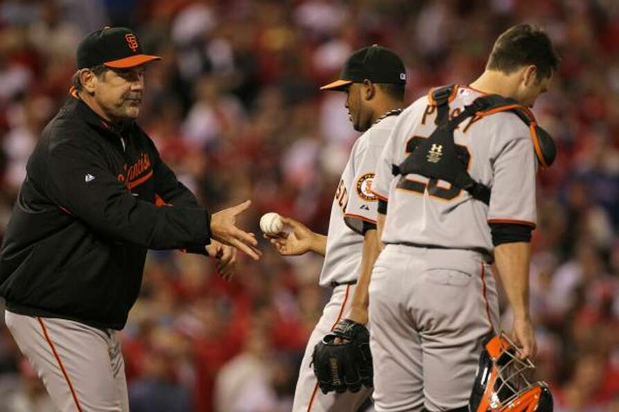 Giants manager Bruce Bochy pulls pitcher Ramon Ramirez in the seventh inning.