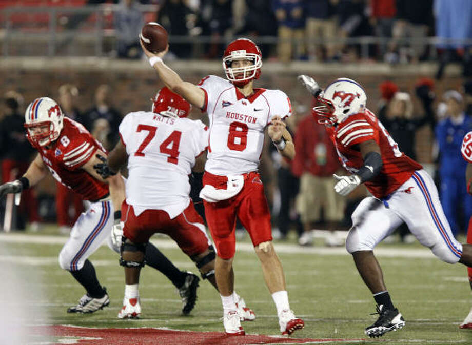 Cougars quarterback David Piland throws a pass, as Southern Methodist Mustangs linebacker Ja'Gared Davis (56) rushes during fourth quarter action. Photo: John F. Rhodes, AP