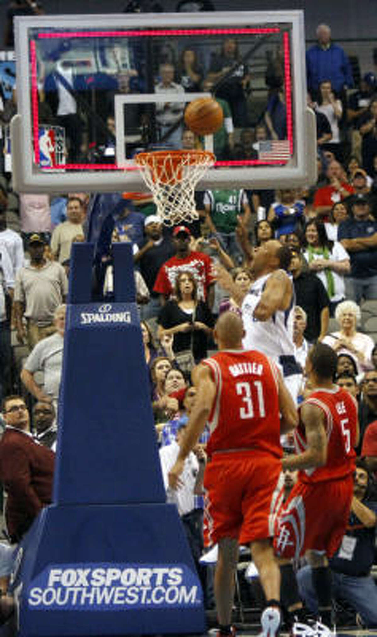 Mavericks forward Shawn Marion, back, goes in for a last-second winning shot.