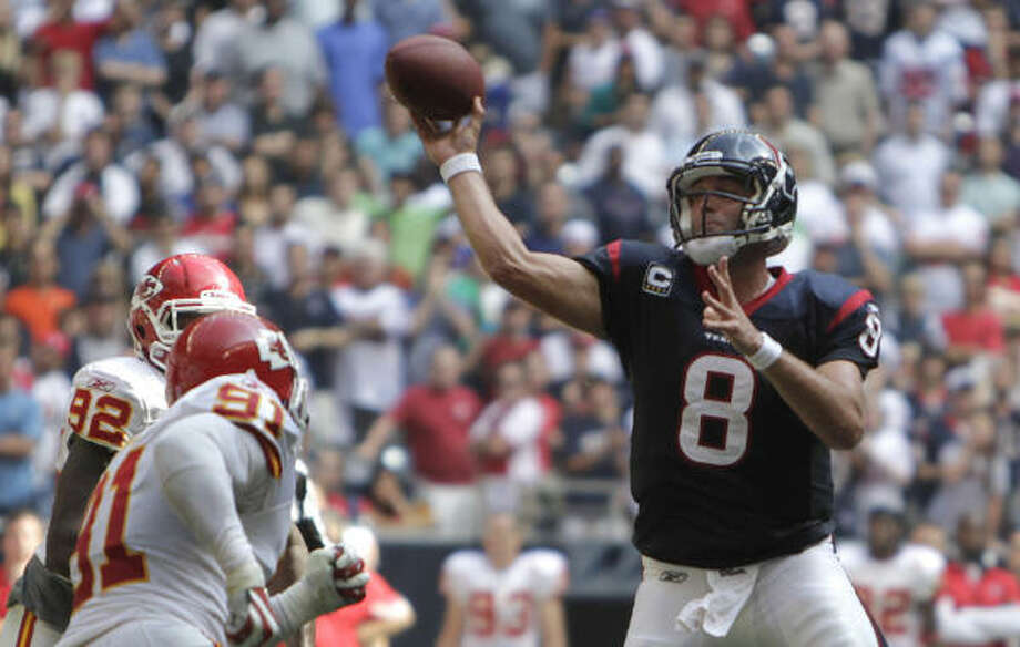 Texans quarterback Matt Schaub throws the winning touchdown pass Sunday against the Chiefs. Photo: Karen Warren, Chronicle