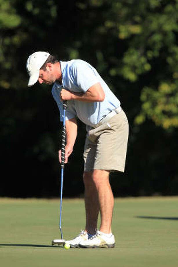 Jeff Atkinson putts on the green. Photo: Mayra Beltran, Chronicle