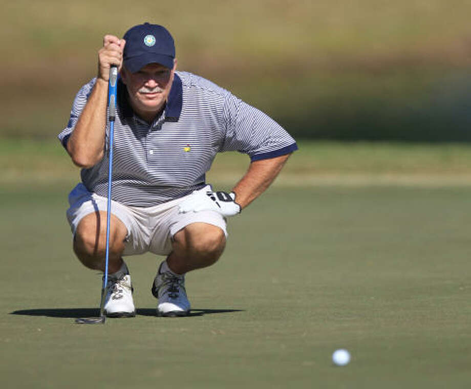 Alan Fama lines up his putt. Photo: Mayra Beltran, Chronicle