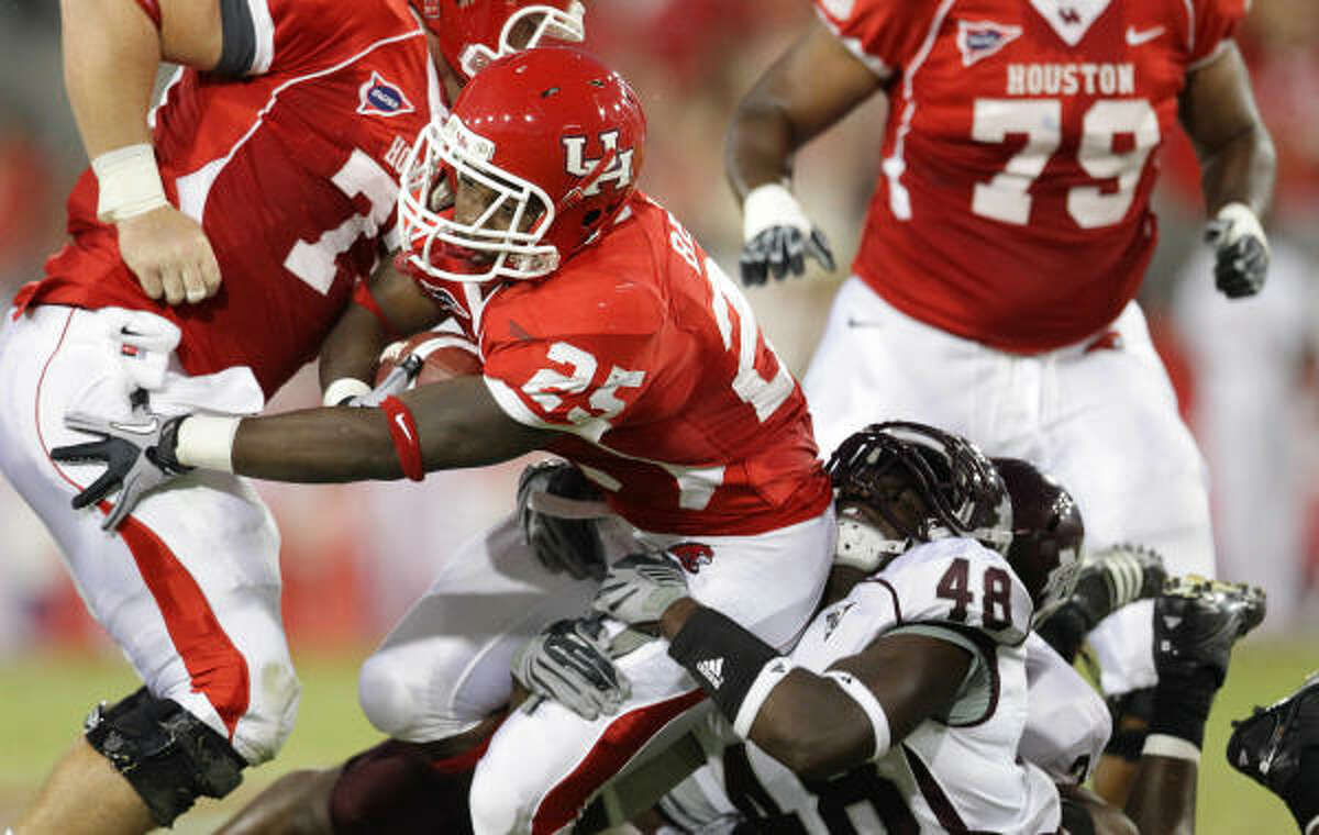 UH running back Bryce Beall (25) is brought down by Mississippi State linebacker Emmanuel Gatling in the first quarter.