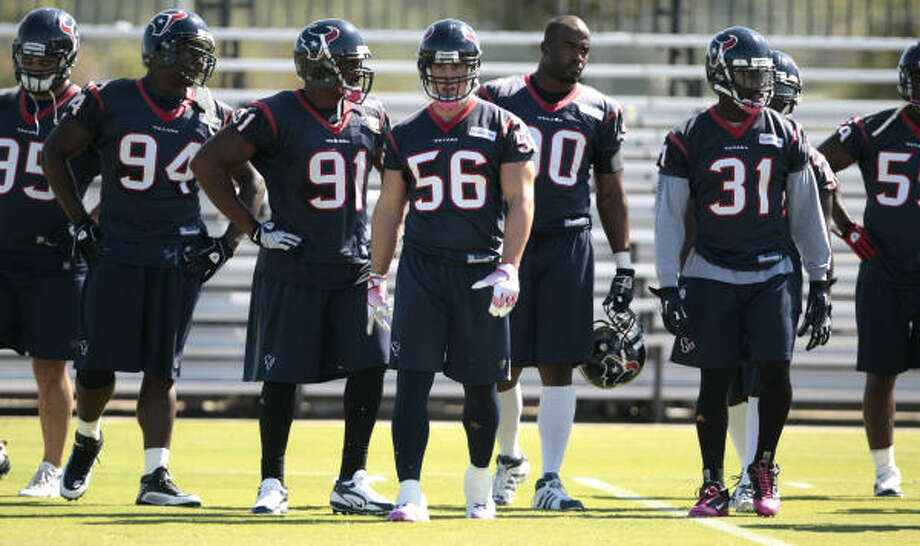 Cushing (56) lines up with his teammates during drills. Photo: Billy Smith II, Chronicle
