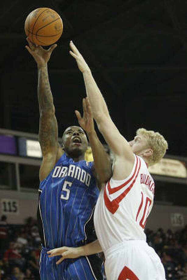 Magic forward Quentin Richardson shoots while being guarded by Rockets forward Chase Budinger during the third quarter. Photo: Delcia Lopez, AP