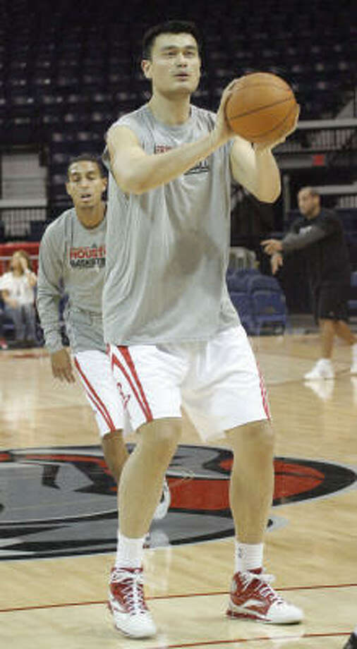 Yao Ming shoots free throws before the game. Photo: Delcia Lopez, AP
