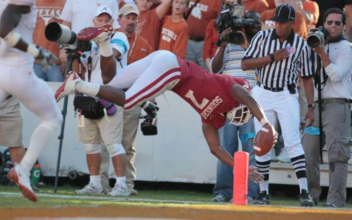 Sooners running back DeMarco Murray dives in for a fourth-quarter touchdown.