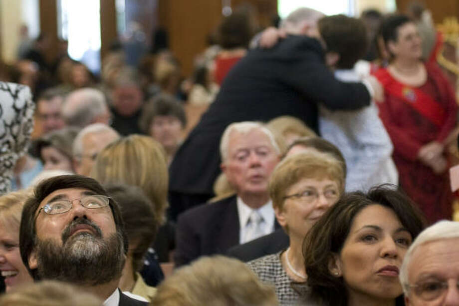 Ramon Martinez gazes up at the dome before the service. Photo: Smiley N. Pool, Chronicle