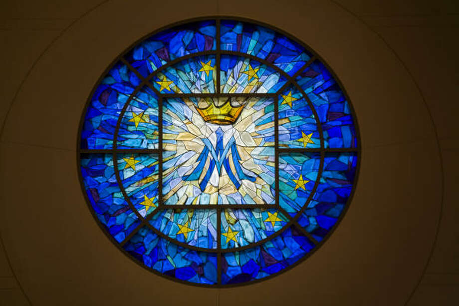 The Marian Window of the Immaculate Conception, a rose window in the west transept above the marble statue of Mary. Photo: Smiley N. Pool, Chronicle