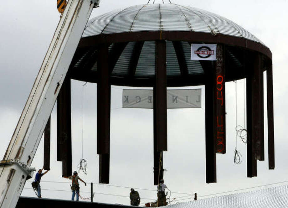 Workers from the Linbeck Group guide the 80,000-pound dome to the top of the Co-Cathedral of the Sacred Heart in 2006. Photo: Billy Smith II, HOUSTON CHRONICLE
