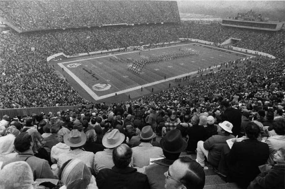 Rice Stadium hosted Super Bowl VIII on Jan. 13, 1974. An overflow crowd of 71,882 watched the Miami Dolphins beat the Minnesota Vikings 24-7 on a cold, overcast day. Photo: Danny Connolly, Chronicle