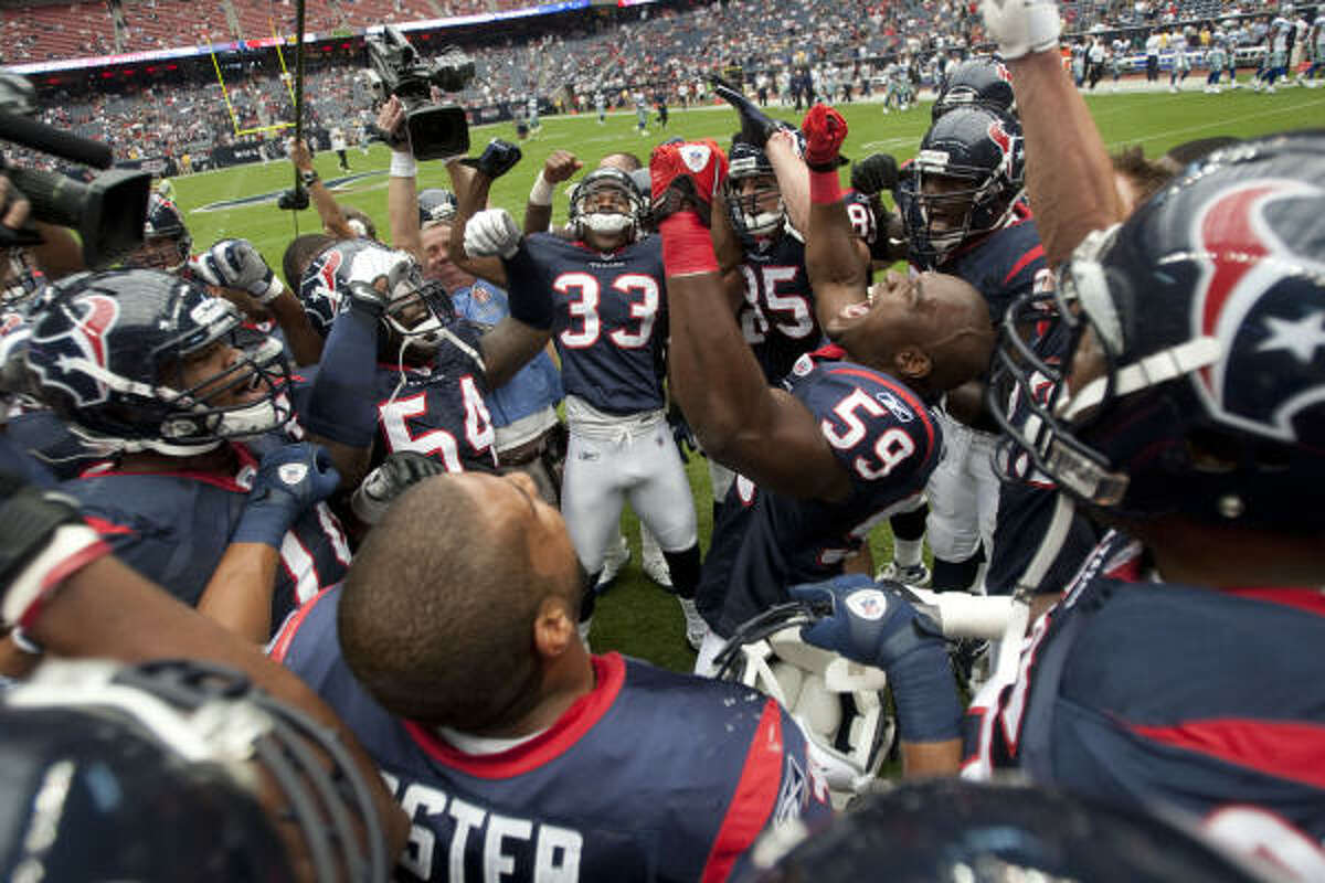 Texans linebacker Demeco Ryans (59) reacts during a team huddle prior to the game.