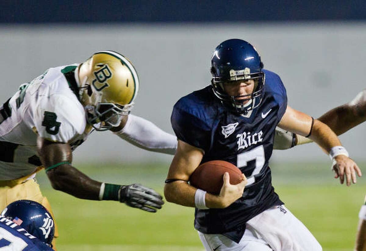 Rice Owls quarterback Nick Fanuzzi (7) is pursued by a Baylor Bears defender.