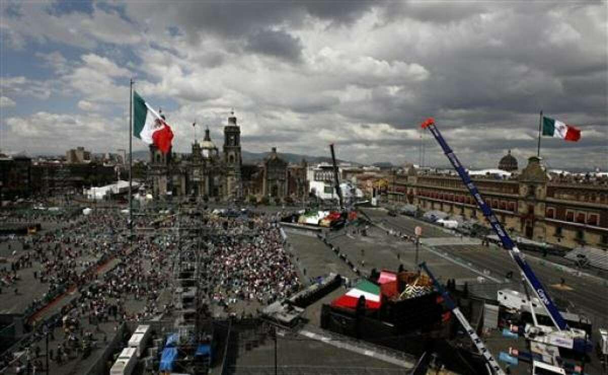 El presidente de México, Felipe Calderón, ondea la bandera nacional desde el balcón de Palacio Nacional durante las celebraciones del bicentenario de vida independiente del país, el miércoles 15 de septiembre de 2010, en la plaza principal de la Ciudad de México, el Zócalo.