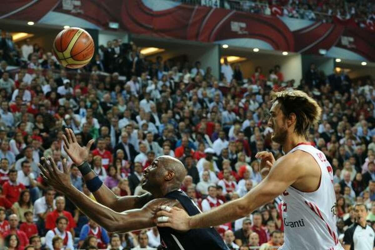 Lamar Odom, left, hustles for the ball against Turkey's Semih Erden.