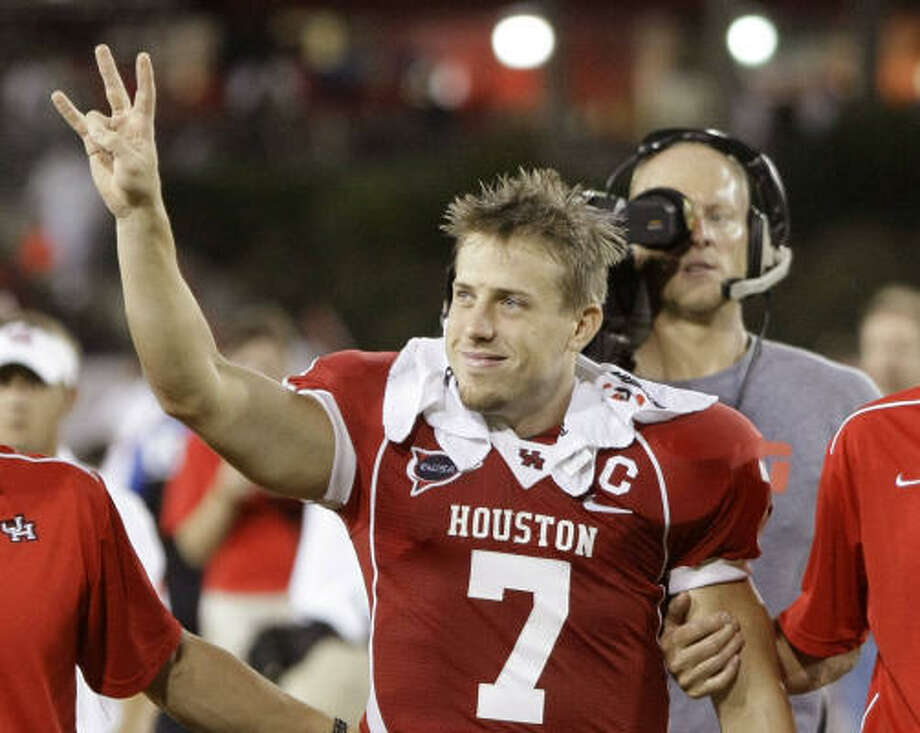 UH quarterback Case Keenum waves to the crowd at the end of Friday's game against UTEP. Keenum was injured while trying to make a tackle after throwing an interception in the third quarter and sat out the rest of the game. UH won 54-24. Photo: Nick De La Torre, Chronicle