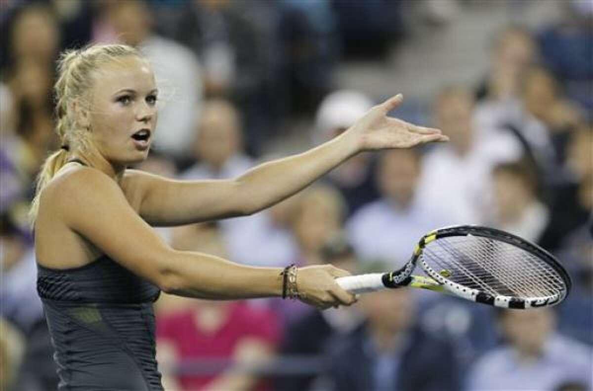 La danesa Caroline Wozniacki hace un reclamo durante su partido de cuartos de final contra la eslovaca Dominika Cibulkova en el US Open, el miércoles 8 de septiembre de 2010.