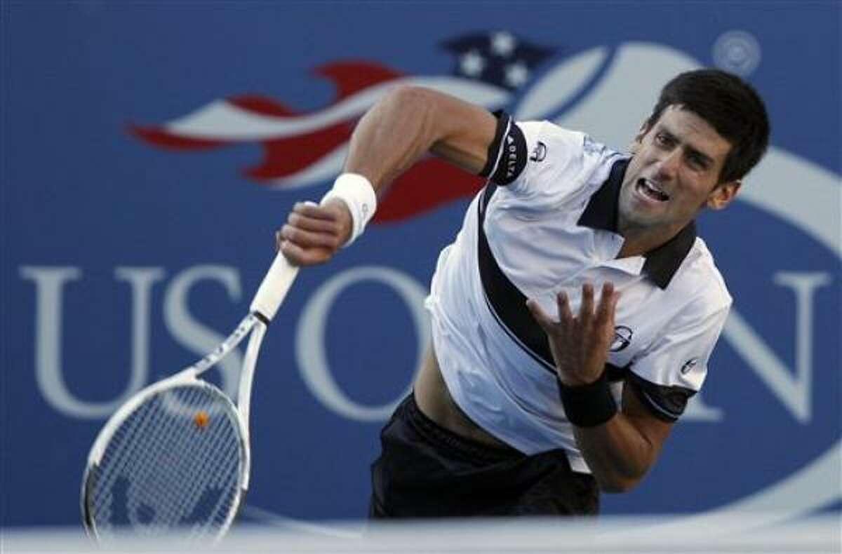 El serbio Novak Djokovic realiza un servicio en su partido contra el francés Gael Monfils en los cuartos de final del US Open, el miércoles 8 de septiembre de 2010.Djokovic ganó 7-6(2) 6-1 6-2.
