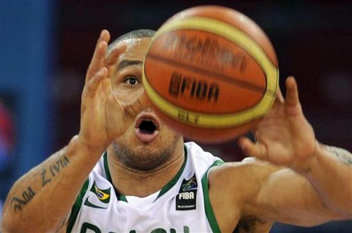 El brasileño Alex García envía un pase durante el partido contra Croacia, el jueves 2 de septiembre del 2010, en el mundial de basquetbol. El encuentro se realizó en Estambul (AP Foto/Mark J. Terrill).