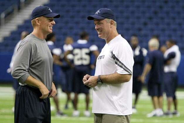Head coach Jason Garrett (left) chats with Cowboys' executive vice-president Stephen Jones after the morning session of the Dallas Cowboys training camp at the Alamodome on Wednesday, Aug. 3, 2011. Kin Man Hui/kmhui@express-news.net Photo: KIN MAN HUI, : / SAN ANTONIO EXPRESS-NEWS