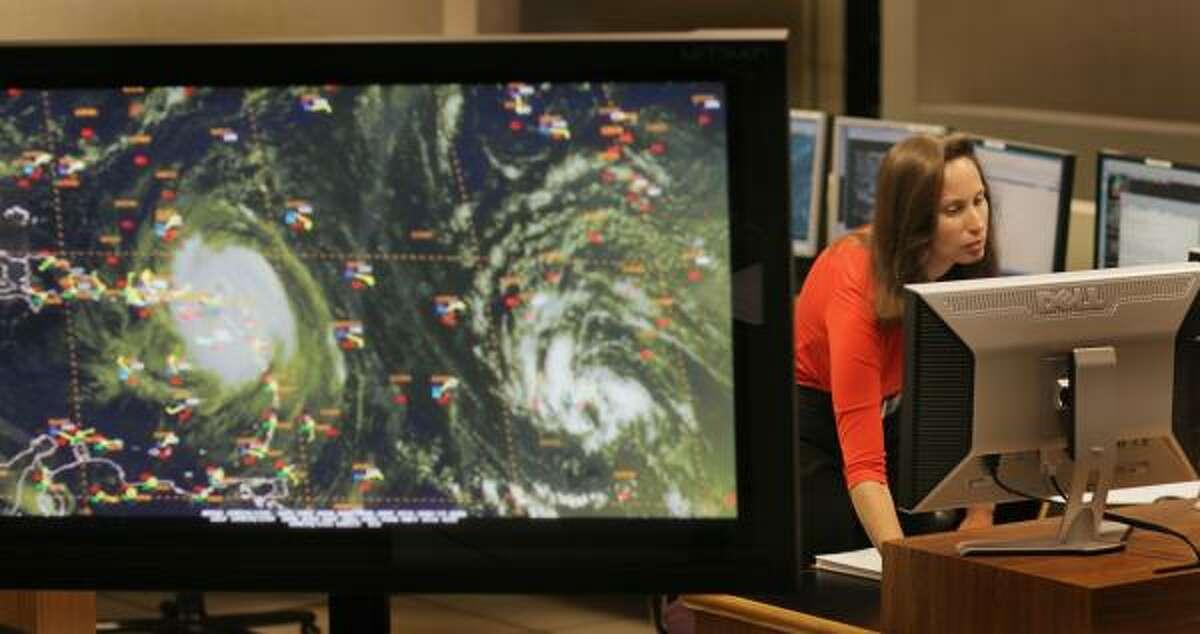 La meteoróloga Jessica Schauer estudia la posible trayectoria del huracán Earl en el Centro Nacional de Huracanes, en Miami, Florida.