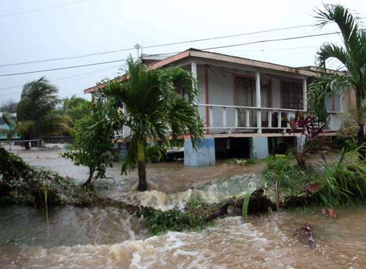 Las lluvias provocadas por Earl inundaron esta casa en Potters Village, en las afueras de St. John, en la isla de Antigua.