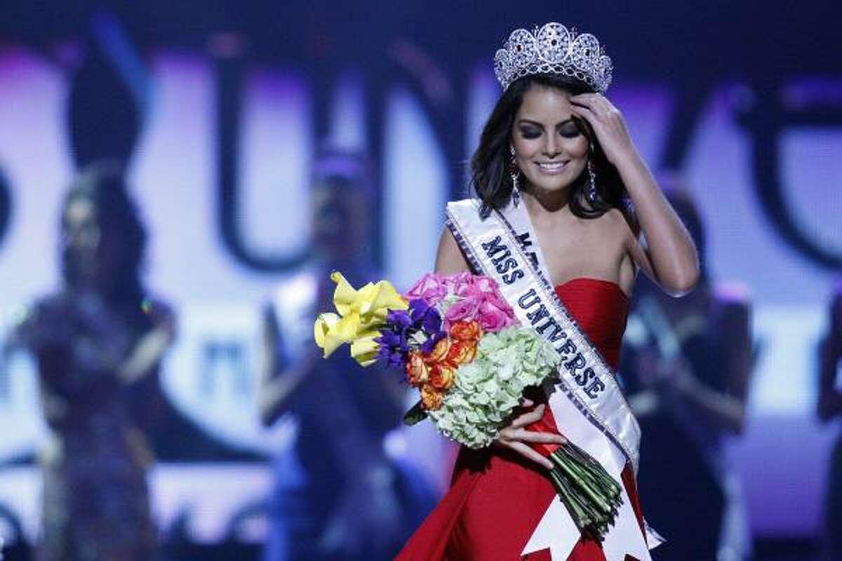 Miss Mexico Jimena Navarrete is crowned.