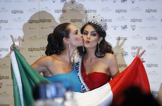 Miss Universe 1991 Lupiter Jones, of Mexico, left, kisses Miss Universe 2010 Jimena Navarrete. Photo: Isaac Brekken, AP