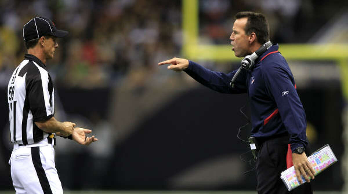 Texans head coach Gary Kubiak, right, argues a call with an official during the first quarter.