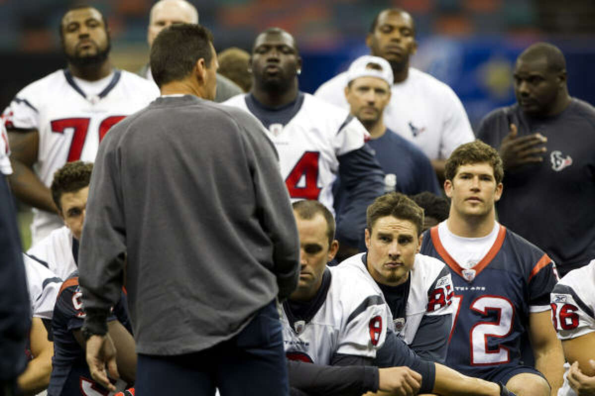 Texans coach Gary Kubiak talks to his players at the end of a pre-game walk-through.