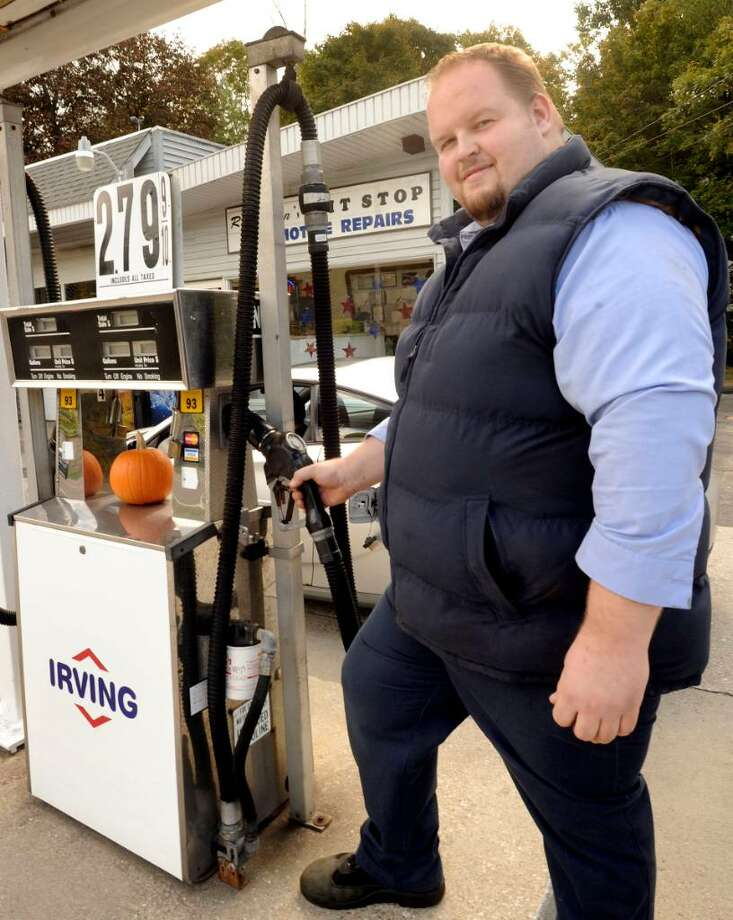 John Lasczak,owner of Ron John's Pit Stop in Danbury, pumping Irving gas on monday, Oct.5,2009. Photo: Michael Duffy / The News-Times
